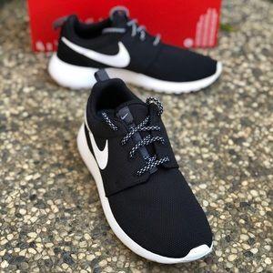 W Nike Roshe One Shoes